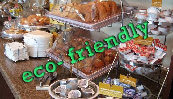 Blick auf ein Büffet, das mit in plastikverpackten Lebensmitteln übersät ist
