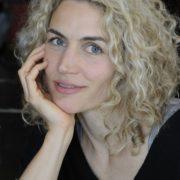 Blonde lockige hübsche Frau mit blauen Augen
