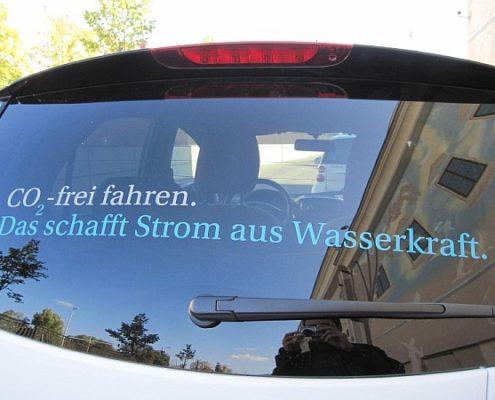 Autofenster mit Aufschrift