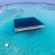 Schwimmende Photovoltaik in türkisfarbenem Wasser