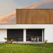 Foto eines modernen Hauses mit großen Fenstern und Holzfassade