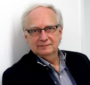 Portrait eines grauhaarigen Mannes mit Brille