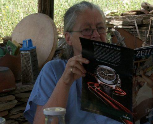 Alte Frau liest im Zeit Magazin