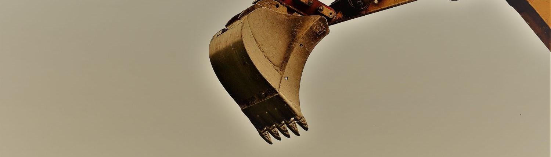 Nahaufnahme einer Baggerschaufel, die durch die Luft schwingt