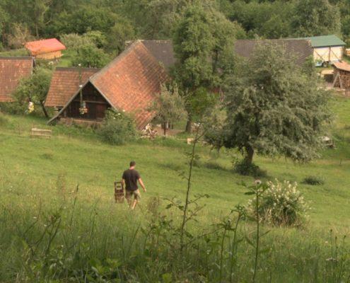 Blick über Bauernhof im Grünen
