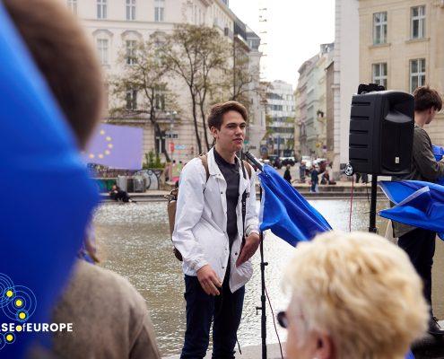 Junge steht vor Mikrofon