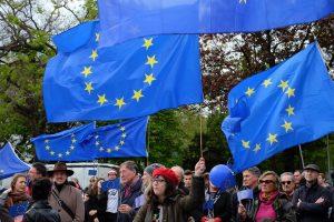 Viele Europafahnen werden von Menschen hochgehalten