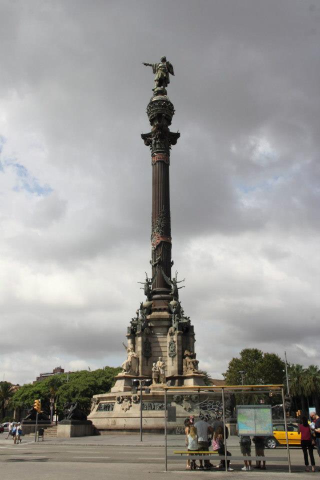 Säule in einem Kreisverkehr, oben steht eine Statue