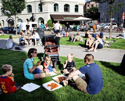 Menschen essen in Park
