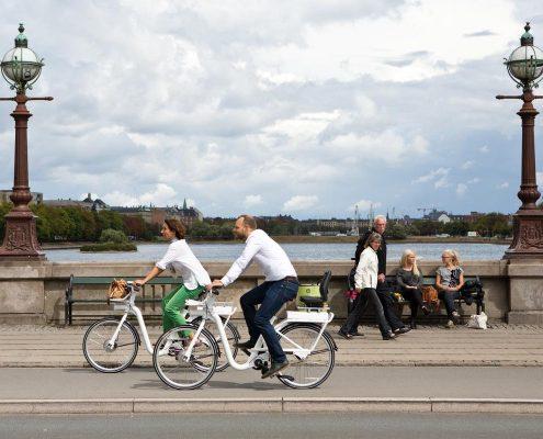 1 Frau und 1 Mann auf weißen Fahrrädern