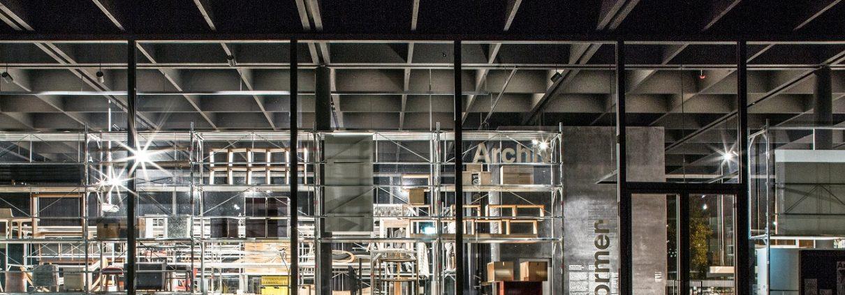 Blick in großes Schaufenster mit Holzgegenständen und Regalen