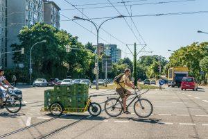 Fahrrad mit Anhänger auf dem Kisten gestaptelt sind