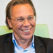 Stark lächelnder älterer Mann mit Brille