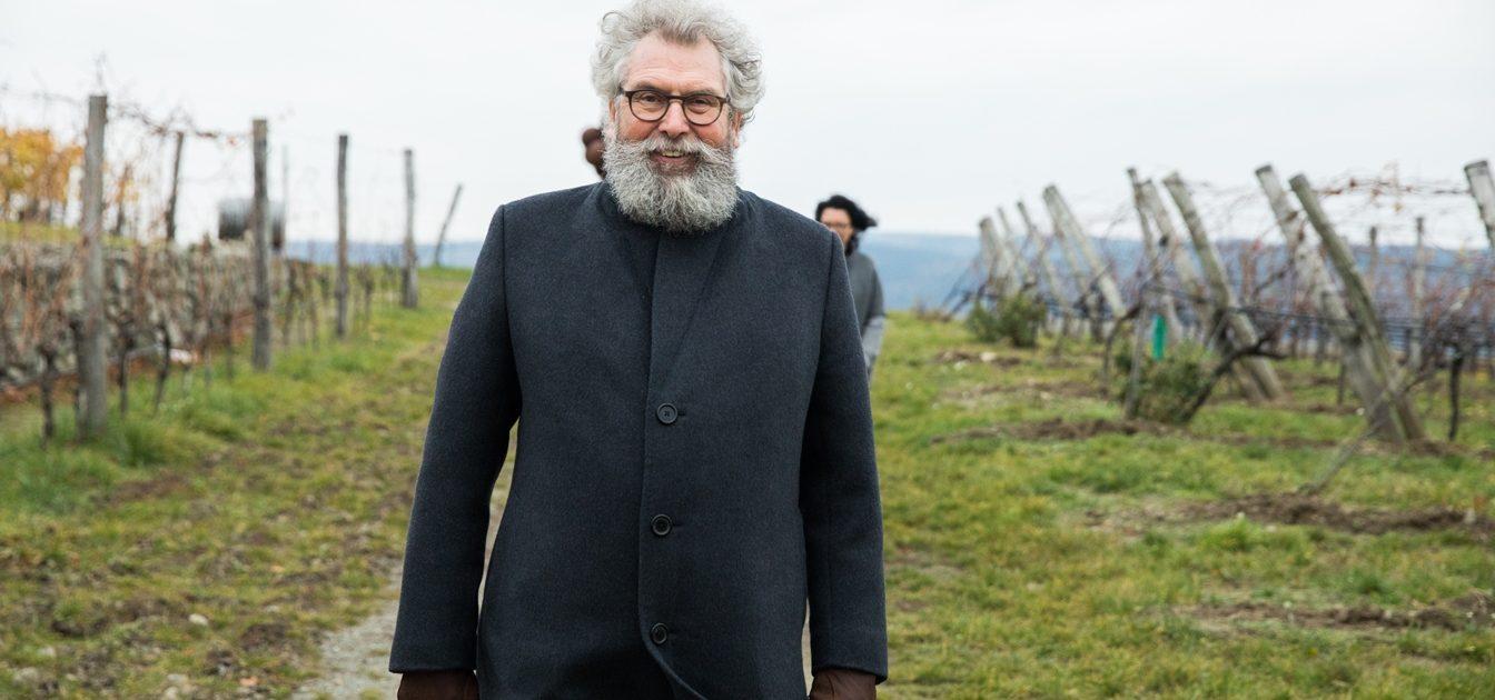 Portrait eines bärtigen Mannes mit lockigem ergrauten Haar und Hornbrille