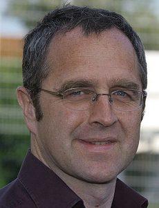 Freundlich lächelnder Mann mit Brille