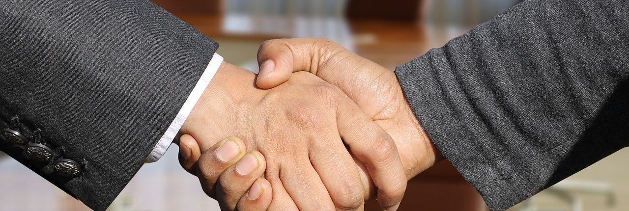 2 sich schüttelnde männliche Hände