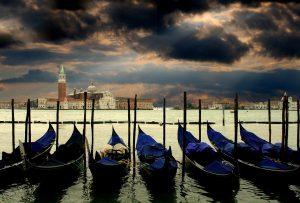 Blick zum Markusdom in Venedig, im Vordergrund Gondeln
