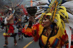 Blick auf Umzug mit bunt geschmückten Indianern