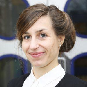 Portrait einer lächelnden Frau mit Perlenohrringen