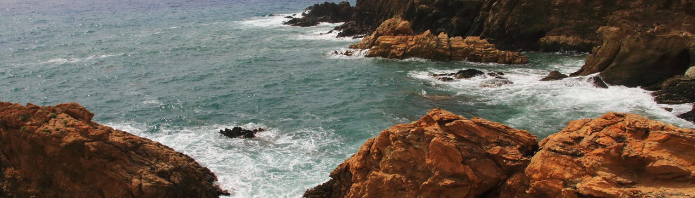 Blick auf Felsküste