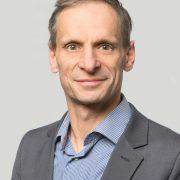 Porträt eines Mannes mittleren Alters mit kurzen Haaren in Anzug