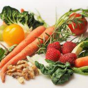 Das Bild zeigt verschiedene Gemüsesorten, wie Karotten, Tomaten, Mangold