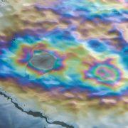 Ölfleck auf Straße mit Regenbogenfarben