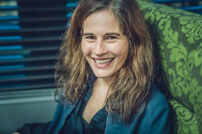 Strahlend lächelnde Frau mit langen Haaren