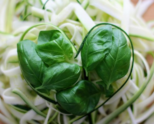 Herz aus Basilikum gelegt auch Zucchinischnipseln