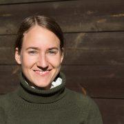 Portrait Lächelnde Dunkelblone Frau