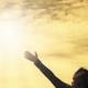 Sonnenschein und Mensch streckt Arme in die Höhe