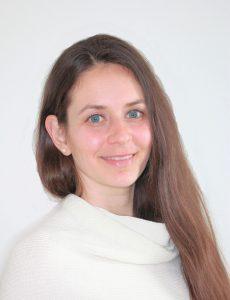 Portrait einer Frau mit langen braunen Haaren und blauen Augen