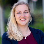 Portrait einer freundlich lächelnden blondierten jungen Frau